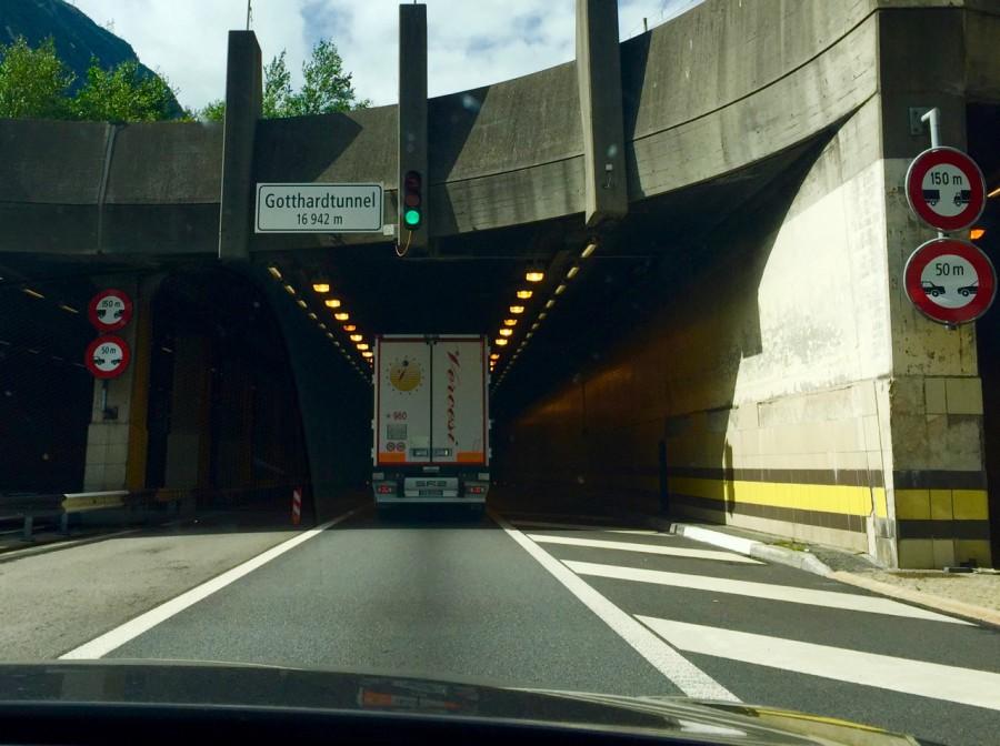 Ingen Stau nu, men dock en halvtimmes väntan innan man fick glida ner i tunneln...