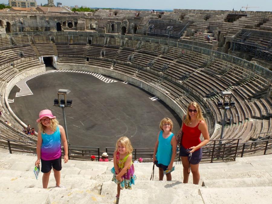 Skenbart glada barn. Det var varmt även här.